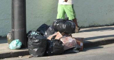 Lixo em calçada de Pindamonhangaba aguarda oleta; Prefeitura tenta implantar taxa, mas críticas barraram o projeto (Foto: Arquivo Atos)