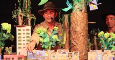 Encenação da peça Bichos Vermelhos que tem apresentação no CEU das Artes em Pindamonhangaba (Foto: Divulgação)