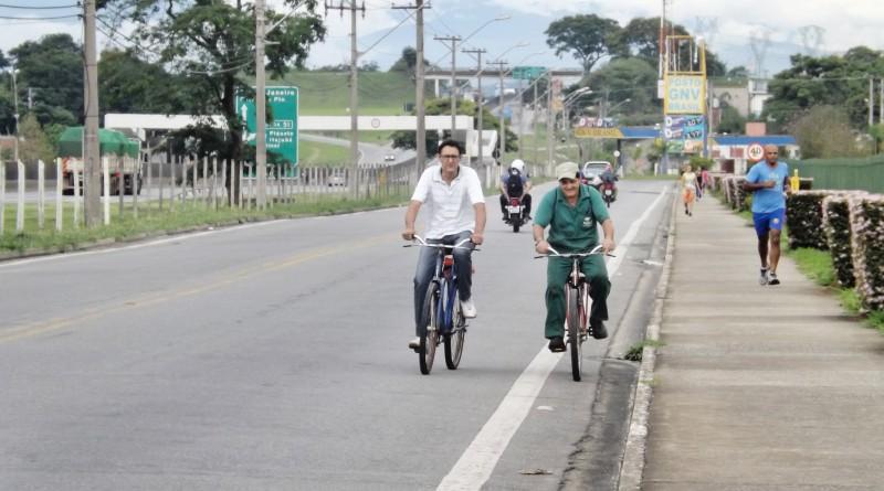 Ciclistas dividem espaço com motoristas na avenida que vai ganhar ciclovia após anúncio de parceria entr Prefeitura e Yakult (Foto: Lucas Barbosa)