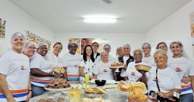 Alunas do curso de padaria artesanal posam ao lado da presidente do Fundo Social de Solidariedade do estado ; Lorena é referência regional com novo polo (Foto: Rafaela Lourenço)