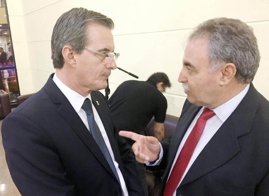 O prefeito Marcus Soliva em conversa com o novo secretário de Governo, Miguel Sampaio; missão de braço direito em Guará (Foto: Leandro Oliveira)