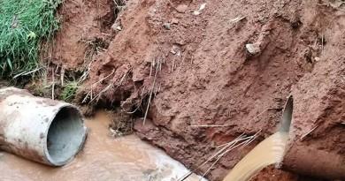 Buraco aberto pela chuva no acesso ao bairro expõe sistema de esgoto (Foto: Arquivo Atos)
