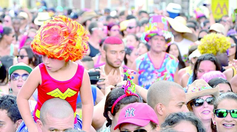 foliões no carnaval de Guaratinguetá; cidade tem festival de marchinhas neste final de semana (Foto: Arquivo Atos)