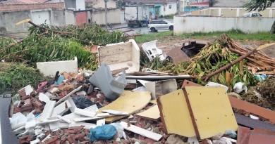 Lixo amontoado em esquina no Cidade Industrial virou cena corriqueira; Prefeitura cobra consciência (Foto: Lucas Barbosa)