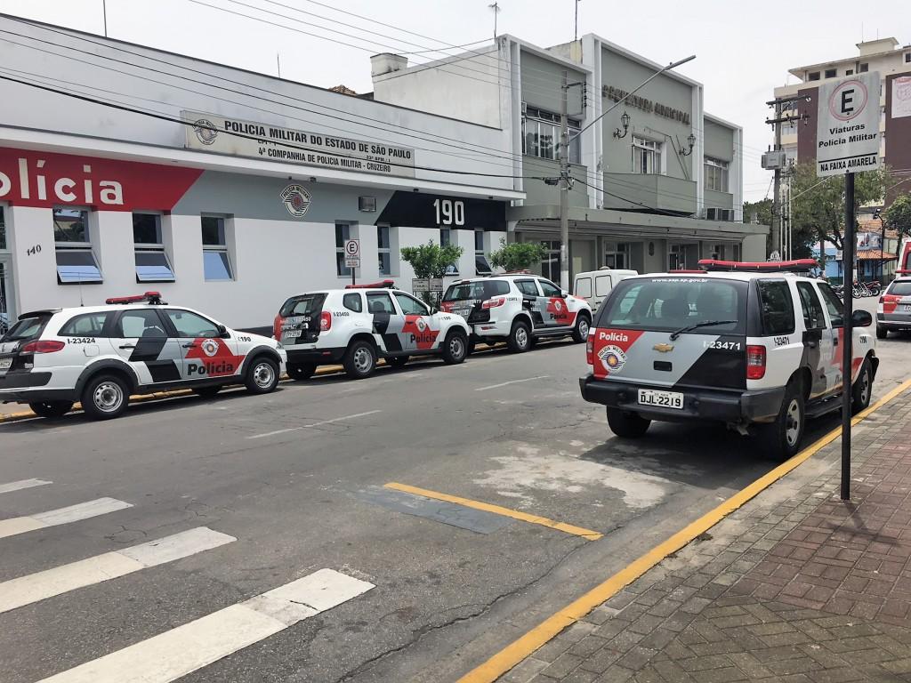 Viaturas da Polícia Militar estacionadas em praça no Centro de Cruzeiro; região conseguiu reduzir índices de criminalidade em 2017 (Foto: Jéssica Dias)