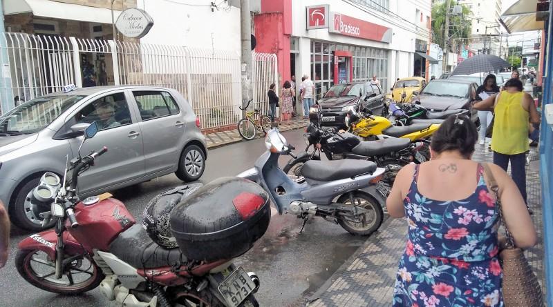 Rua do Centro de Lorena é disputada por carros e motos; sem espaço para estacionamento, cidade deve voltar à debater zona azul (Foto: Lucas Barbosa)