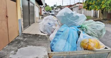 Lixo nas ruas de Guaratinguetá; Prefeitura reajusta tarifa do serviço (Foto: Arquivo Atos)