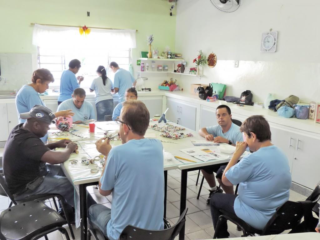Assistidos da Apae de Lorena durante oficina de artesanato; unidade anuncia projeto de estimulação precoce pioneiro na região (Foto: Rafaela Lourenço)