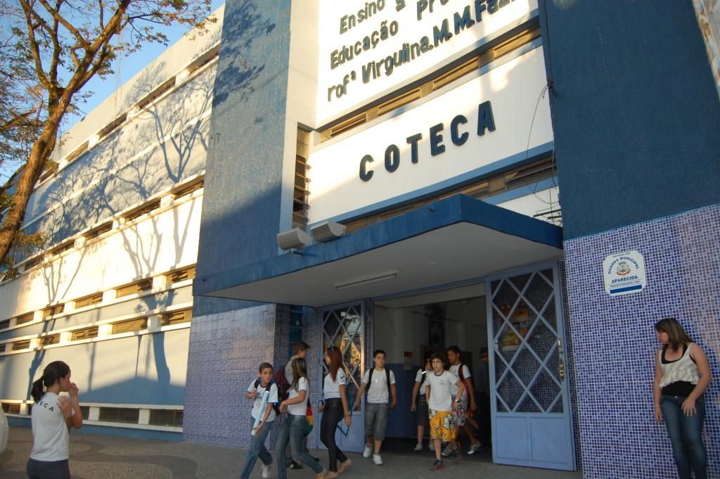 Alunos em saíde de escola pública de Aparecida; cidade segue em atraso na entrega de material escolar (Foto: Arquivo Atos)