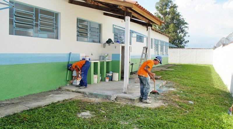 Funcionários da Prefeitura trabalham em reforma de creche de Pinda; cidade investe R$ 11 milhões (Foto: Divulgação)