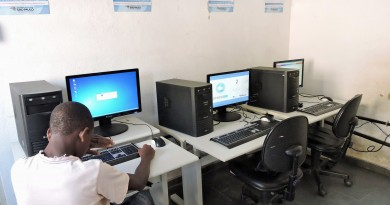 Adolescente utiliza computadores do Acessa São Paulo, em Silveiras (Foto: Divulgação)
