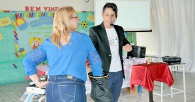 O ilusionista Harry Deck, durante apresentação em evento da Allarte, na escola municipal João Nery Marton, em Canas; programação definida (Foto: Juliana Aguilera)