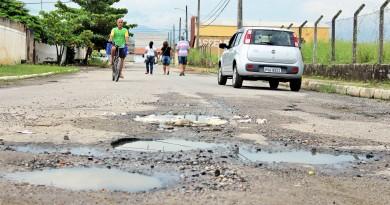 Tomada por buracos, rua no CDHU é um dos exemplos da falta de atenção do poder público, cobrada por moradores em Cachoeira Paulista (Foto: Miguel de Sá)