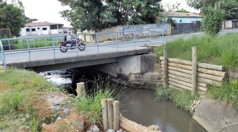 Rio que corta o Bairro da Cruz, em Lorena; período de fortes chuvas aumenta registros de inundações em região baixa do município  (Foto: Lucas Barbosa)