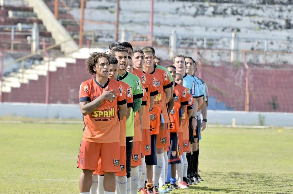 Os jogadores do Manthiqueira, perfilados para o Hino Nacional, antes de partida pelo Campeonato Paulista da Série A3; campanha desaponta (Foto: Arquivo Atos)