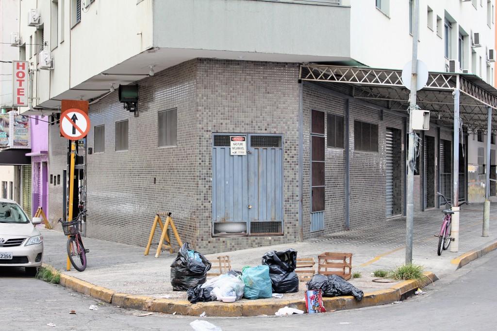 Calçada em esquina na avenida Monumental, em Aparecida; Prefeitura garante que responsabilidade pelo serviço segue com o poder público (Foto: Juliana Aguilera)