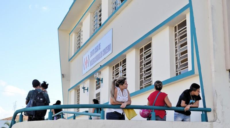 Pacientes aguardam atendimento na Santa Casa de Cruzeiro; reunião com Geraldo Alckmin tenta garantir saúde financeira ao hospital (Foto: Arquivo Atos)
