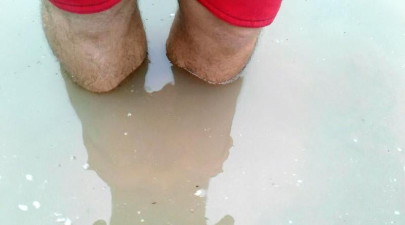 Água pela canela; chuvas da semana causaram uma série de estragos nas cidades do Vale do Paraíba (Foto: Thais Fonseca)