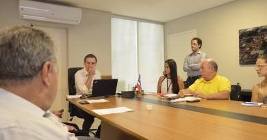 Soliva durante reunião, sendo observado por Miguel Sampaio e Crysantho Ferreira; ambos foram substituídos (Foto: Leandro Oliveira)