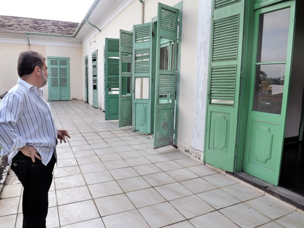 O secretário de Cultura, Jorge Gomes, mostra pontos que evidenciam necessidade de restauração (Foto: Lucas Barbosa)