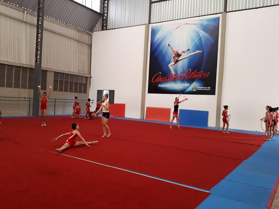 Meninas da ginástica rítmica de Pindamonhangaba durante treini; cidade busca investimento para o setor (Foto: Reprodução)