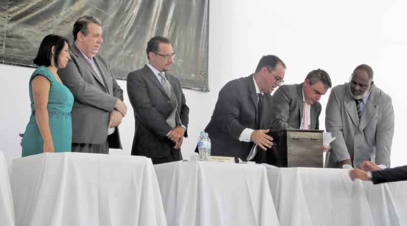 Paulo Vieira (centro) teria tentado garantir aprovação de projeto apresentado por Currila; proposta criaria tarifa para água e esgoto em Cruzeiro (Foto: Arquivo Atos)