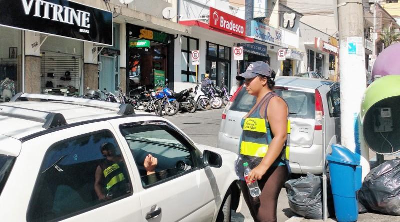 Agentes da zonal azul durante atendimento a motorista em Aparecida