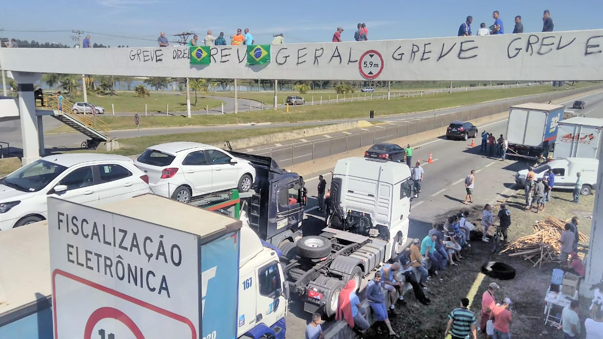 Manifestação de caminhoneiros na Rodovia Presidente Dutra, trecho em Lorena; greve segue pelo terceiro dia no país (Foto: Francisco Assis)