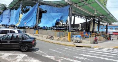 Galpão da Feira Livre, no Centro de Pinda; ao lado do Mercadão, local tem lonas improvisadas para evitar que chuvas e sol prejudiquem feirantes (Foto: Arquivo Atos)