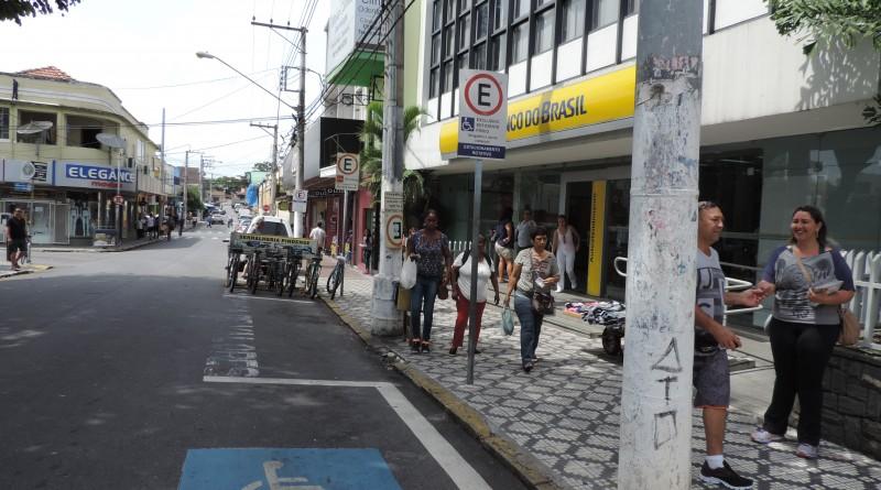 Sinalização de área restrita para deficientes físicos no Centro de Pinda; cidade .......