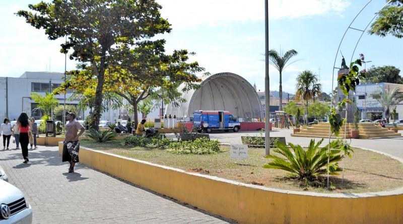 Na praça Prado Filho, presença cada vez maior de pedintes espelha condição da região central de Cachoeira; população quer soluções (Foto: Jéssica Dias)