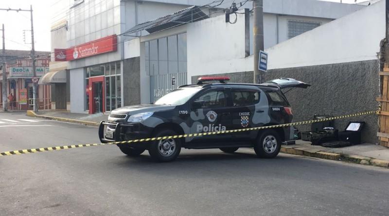 Polícia Civil interdita área em frente ao banco Santander, na avenida Coronel Domiciano; Caixa também é alvo (foto: Jéssica Dias)