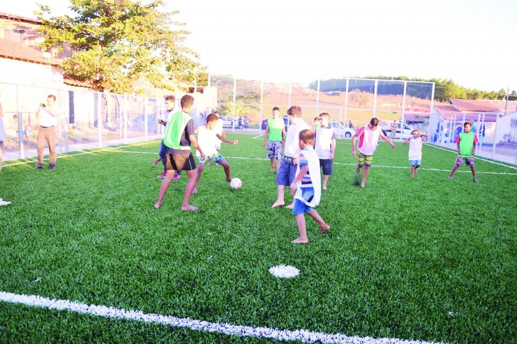 Crianças brincam em quadra recém-entregue no bairro Novo Horizonte (Foto: Divulgação)