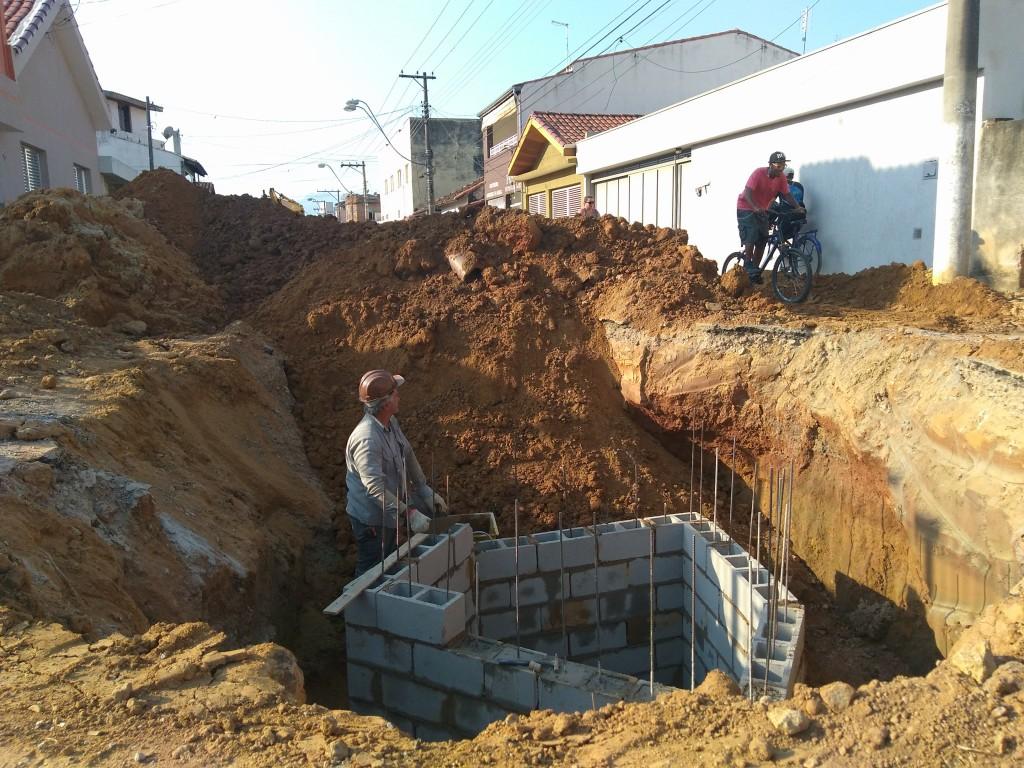 Operários na obra em execução na avenida São Pedro, no Olaria; investimento atende outros bairros (Foto: Lucas Barbosa)