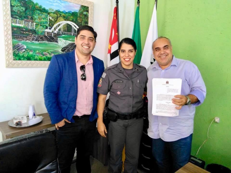 O prefeito de Lavrinhas, Sergio Rggeri em reunião com a Sargento Rangel e o Procurador Jurídico Alberto Beuttenmuller para assinatura de convênio (Foto: Reprodução)