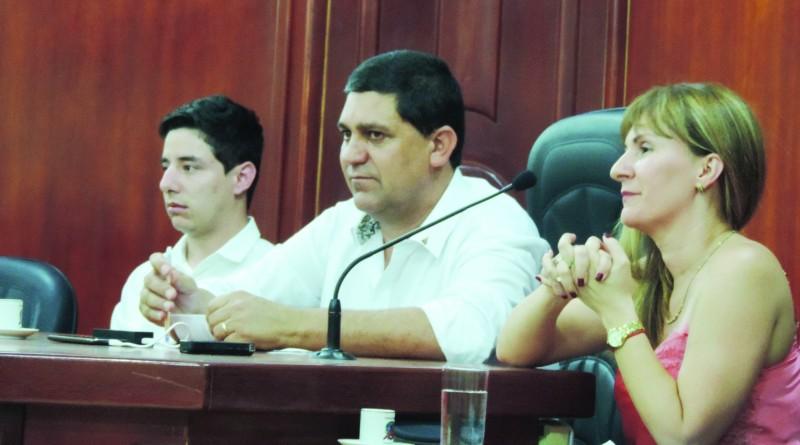 Entre o vereador Breno Anaya e a secretária, Gisely Fernandes, o prefeito Edson Mota, que rescindiu contrato (Foto: Rafaela Lourenço)