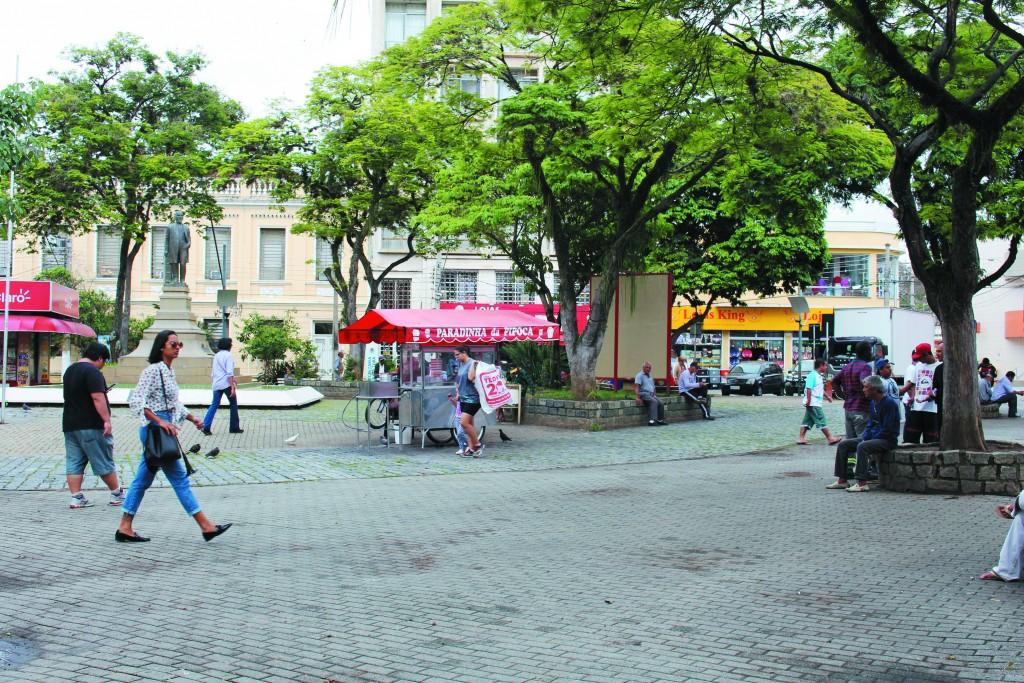 Movimentação na praça Conselheiro Rodrigues Alves, um dos pontos que devem receber sinal de internet gratuito no comércio de Guaratinguetá (Foto: Juliana Aguilera)