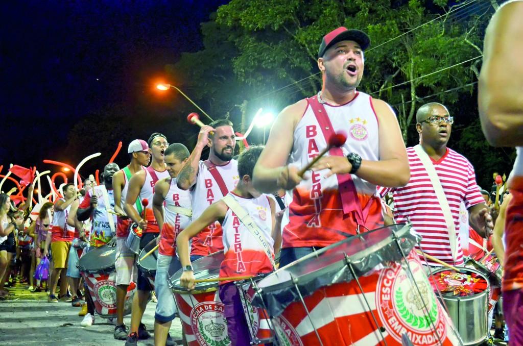 A porta-bandeira da Tamandaré dá show na avenida durante o Carnaval de 2018; a três meses do desfile de 2019, escolas debatem fórmula  (Foto: Arquivo Atos)
