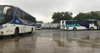 Ônibus das empresas São José e Oceano, responsáveis pelo transporte público em Guará; empresária aponta falhas na licitação (Foto: Leandro Oliveira)