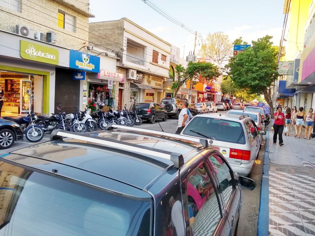 Rua central de Cruzeiro tem espaço disputado por motoristas; guias pintadas informam áreas disponíveis para estacionamento pelo Zona Azul (Foto: Rafael Rodrigues)