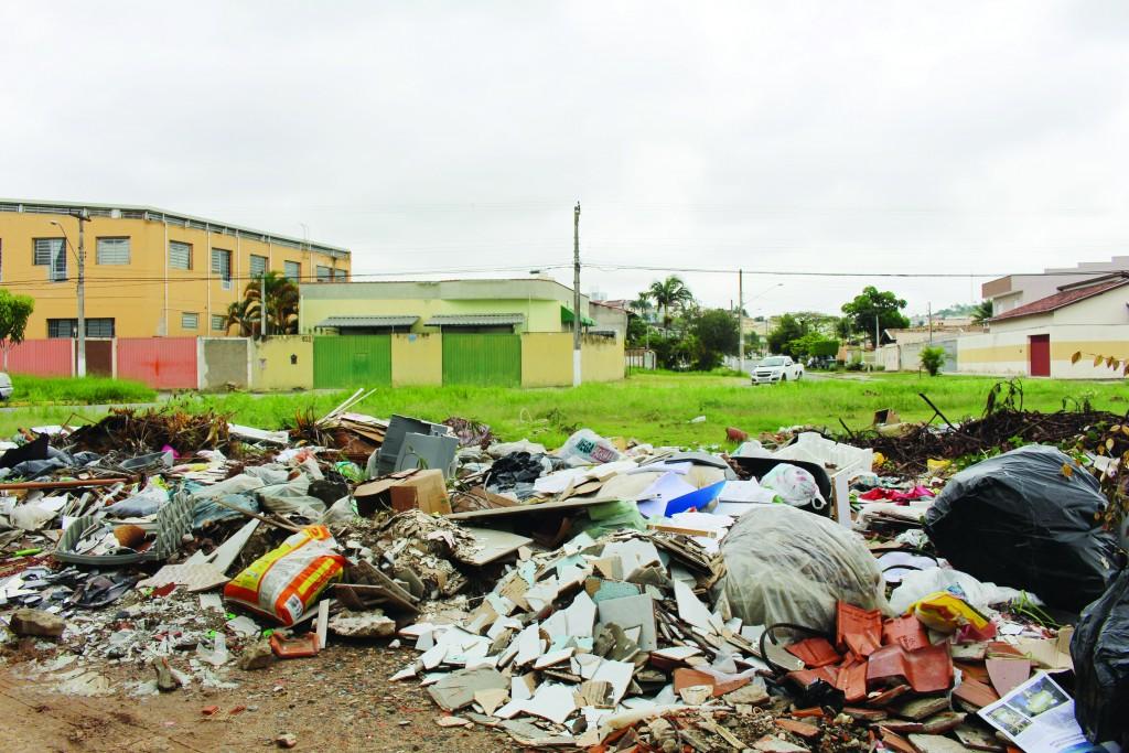 Lixo acumulado em bairro de Guaratinguetá; SAEG pede aumento de tarifa para coleta seletiva na cidade (Foto: Juliana Aguilera)