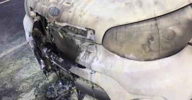 A frente do carro da prefeita, destruída em atentado nesta semana (Foto: Colaboração)