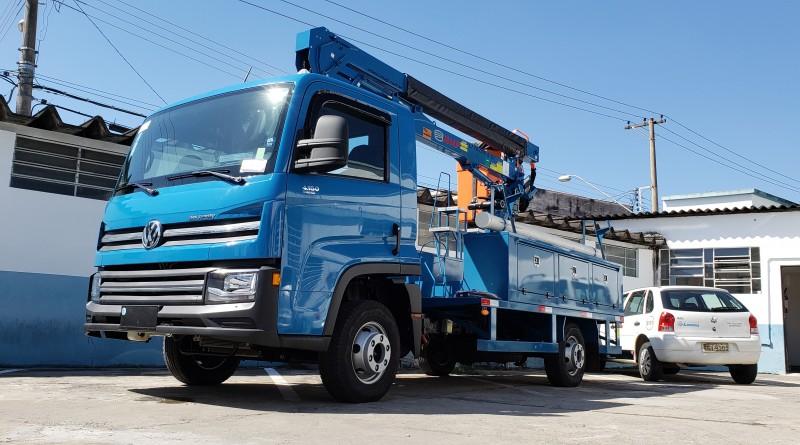 Novo caminhão adquirido pela prefeitura de Lorena aguarda início das atividades na garagem municipal; cidade amplia frota para serviços (Foto: Divulgação PML)
