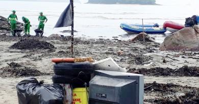 Lixos eletrônicos recuperados em área da orla de Ubatuba; cidade mantém preocupação com resíduos (Foto: Divulgação PMU)