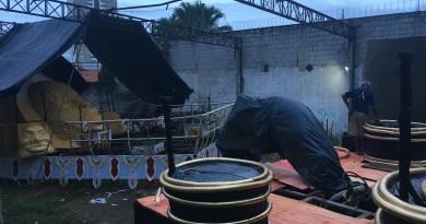 Barracão descoberto da escola Beira Rio tem carros alegóricos em fase de finalização, por voluntários (Foto: Leandro Oliveira)
