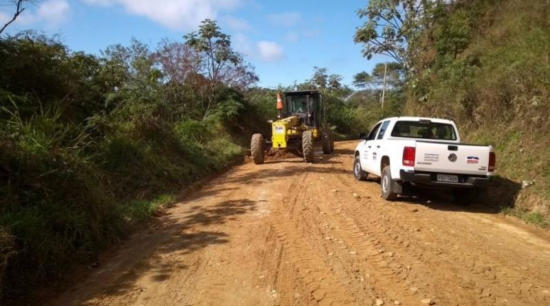 Estradas do Gomeral recebendo trabalho de patrolamento; comunidade aguarda por obras de melhorias (Foto: Reprodução PMG)