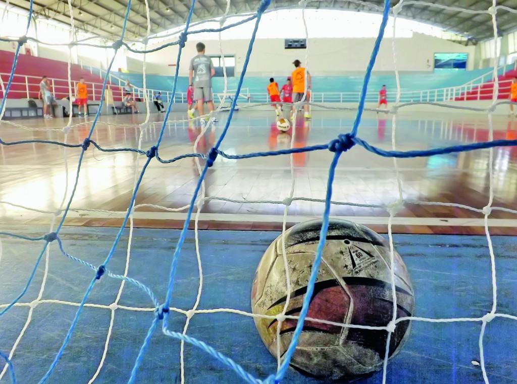 Treino do Yoka em quadra do Itaguará; time voltou a atuar no Ginásio em derrota desastrosa por 10 a 3 (Foto: Arquivo Atos)