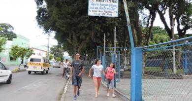 Pequena aluna é acompanhada por parentes na saída de escola estadual em Lorena; TCE questiona falha (Foto: Rafaela Lourenço)