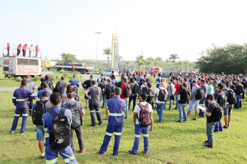 Assembleia em frente à Gerdau em Pindamonhangaba; empresa suspende contrato com funcionários (Foto: Divulgação)