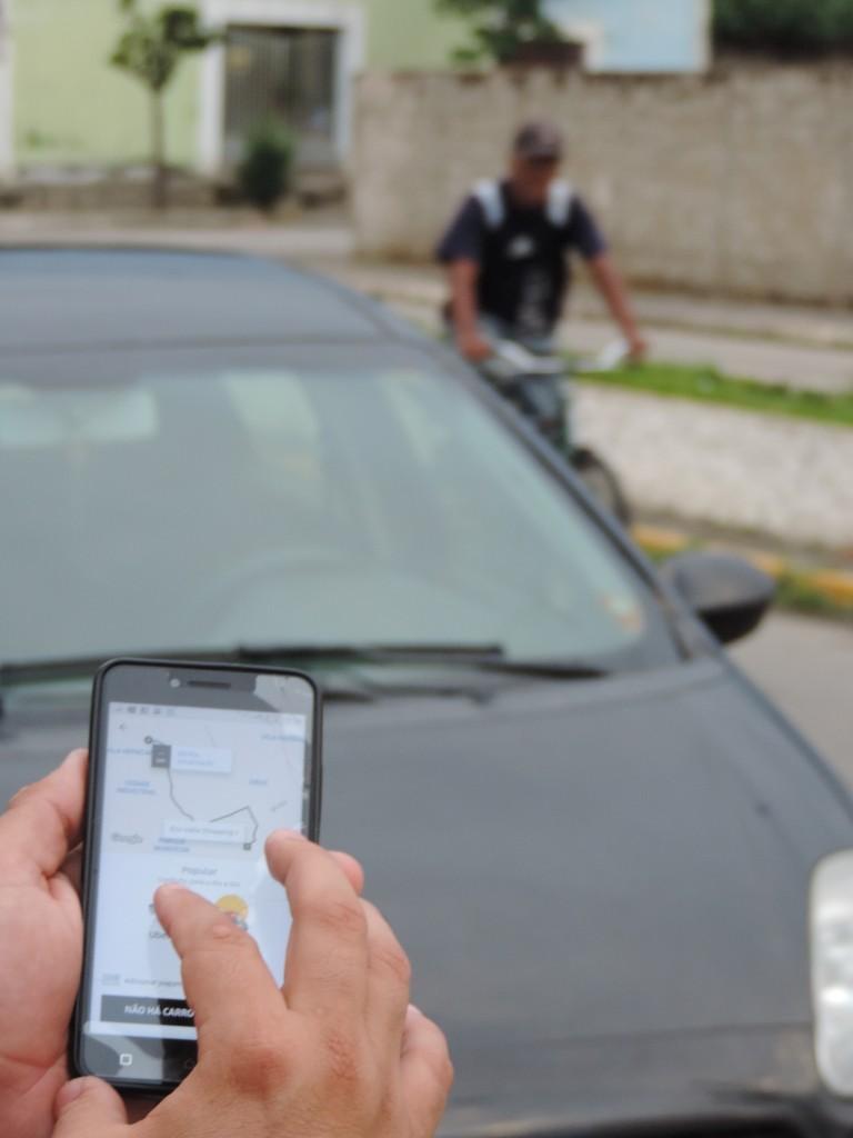 Passageiro busca veículo cadastrado no Uber; aplicativo terá regulamentação votada na Câmara de Guará (Foto: Arquivo Atos)